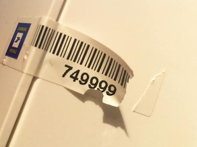 Etiquette adhésive - autocollante - propriété -destructible- sécurité - autodestruction
